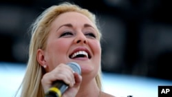 지난 2008년 미국 테네시주 내시빌에서 공연하는 민디 맥크리디