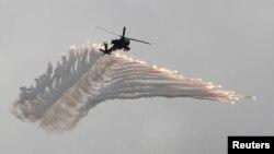 AH-64阿帕奇武装直升机在汉光军演上抛射诱饵弹模拟解放军攻台,2018年6月7日。