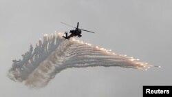 AH-64阿帕奇武装直升机在汉光军演上抛射诱饵弹模拟解放军攻台。(2018年6月7日)
