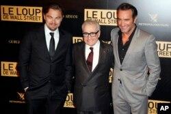 """Leonardo di Caprio, izq., junto al director Martin Scorsese y el actor galo Jean Dujardin en la presentación de """"The Wolf of Wall Street"""". París, Francia, 9/12/13."""