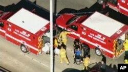 Des secouristes évacuant un blessé
