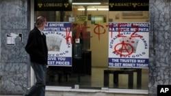 """3月25日一名男子走过收买黄金的店铺,有人在橱窗上用希腊文涂写""""盗贼""""字样"""