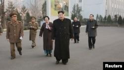ຜູ້ນຳ ເກົາຫຼີເໜືອ ທ່ານ Kim Jong Un (ກາງ) ເດີນທາງ ໄປຢ້ຽມຢາມ ສະຖານທີ່ ມີຄວາມສຳຄັນທາງປະຫວັດສາດ ດ້ານທະຫານ ຄື ສະຖານທີ່ປະຕິວັດ Phyonchon ໃນພາບທີ່ ບໍ່ມີກຳນົດເວລາ ຖືກເຜີຍແຜ່ ໂດຍ ອົງການຂ່າວສູນກາງ Korean Central News Agency (KCNA) ໃນນະຄອນຫຼວງພຽງຢາງ, ວັນທີ 10 ທັນວາ 2015.