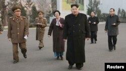 Pemimpin Korea Utara Kim Jong Un (tengah) saat mengunjungi Phyongchon Revolutionary di Pyongyang (10/12).