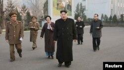 Lãnh tụ Bắc Triều Tiên Kim Jong Un đến thăm một cơ sở quân sự. Ảnh do Thông tấn xã Trung ương Bắc Triều Tiên (KCNA) phát hành ngày 10/12/2015.