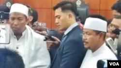 Pimpinan HTI memberikan keterangan pers usai mengikuti sidang pembacaan putusan oleh hakim PTUN atas gugatan yang dilakukan lembaga itu. (VOA/Fathiyah)