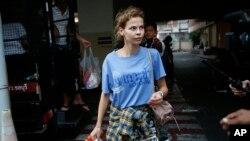 Anastasia Vashukevich tới trung tâm giam giữ di dân ở Bangkok, Thailan, hôm 28/8/2018 sau khi bị bắt ở Pattaya. Cô cùng 7 người khác từ Belarus và Nga bị trục xuất khỏi Thái Lan hôm 17/1.