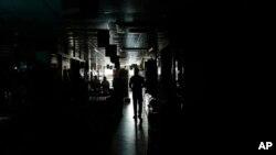 Một người đàn ông đi lại trong 1 trung tâm mua sắm trong lúc mất điện ở Dhaka, Bangladesh, 1/11/2014.