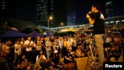 Một sinh viên nói chuyện vào người biểu tình ủng hộ dân chủ bên ngoài trụ sở văn phòng chính phủ Hong Kong,10/10/14