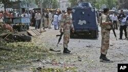 在巴基斯坦卡拉奇炸彈爆炸現場附近站崗的士兵