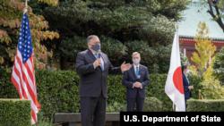 美国国务卿蓬佩奥2020年10月6日在美国驻日本大使馆称赞美日同盟关系(蓬佩奥推特账号)