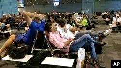 Wasafiri walioathiriwa na vikwazo vilivyowekwa dhidi ya Qatar wakiwa uwanja wa ndege wa Hamad International Airport (HIA), Doha.