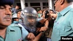 Anggota kepolisian mengawal Mohammed Sohel Rana, pemilik Rana Plaza yang ambruk minggu lalu, seusai menjalani pemeriksaan di Pengadilan Tinggi di Dhaka, Bangladesh (30/4).