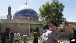 Foto tertanggal 29/7/2013 ini memperlihatkan sebuah masjid di Baghdad sesudah serangan bom mobil. Pada 20/9/2013, ledakan di sebuah masjid di Kota Samarra, di utara Baghdad, menewakan sedikitnya 15 orang.