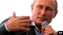 ປະທານາທິບໍດີຣັດເຊຍ ທ່ານ Vladimir Putin ສະແດງທ່າທີ ໃນຂະນະທີ່ ກ່າວຄຳປາໄສ ຢູ່ກອງປະຊຸມກ່ຽວກັບ ການອົບຮົມສັ່ງສອນຊາວໜຸ່ມ ຢູ່ຄ້າຍຊາວໜຸ່ມ Seliger ໃນພາກຕາເວັນຕົກສຽງເໜືອ ຂອງມົສກູເມື່ອວັນທີ 29 ສິງຫາ 2014.