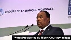 Le président Mahamadou Issofou du Niger à l'ouverture du Forum des investisseurs privés à Paris, France, 14 décembre 2017. (Twitter/Présidence du Niger).