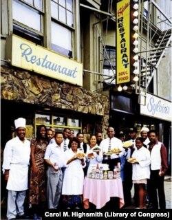 Harlemdə Sylvia's restoranının işçiləri