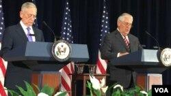 美國務卿蒂勒森 (右)與國防部長馬蒂斯 (左) 在發布會上(美國之音莉雅拍攝)