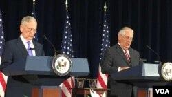Bộ trưởng Quốc phòng James Mattis và Ngoại trưởng James Mattis trong một cuộc họp báo chung ngày 21/6/2017.