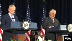 짐 매티스(왼쪽) 미 국방장관과 렉스 틸러슨 국무장관. (자료사진)