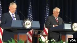 美国务卿蒂勒森与国防部长马蒂斯在发布会上(2017年6月23日,美国之音莉雅拍摄)