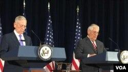 Bộ trường Quốc phòng James Mattis và Ngoại trưởng Rex Tillerson tại một cuộc họp báo chung ngày 21/6/2017.