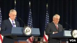 美国务卿蒂勒森与国防部长马蒂斯在发布会上(美国之音莉雅拍摄)