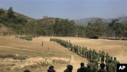Quân đội Độc lập của sắc tộc Kachin, một trong những nhóm võ trang lớn nhất ở Miến Điện, đang tập luyện tại một doanh trại gần Laiza, khu vực ở miền bắc Miến Điện do người Kachin kiểm soát