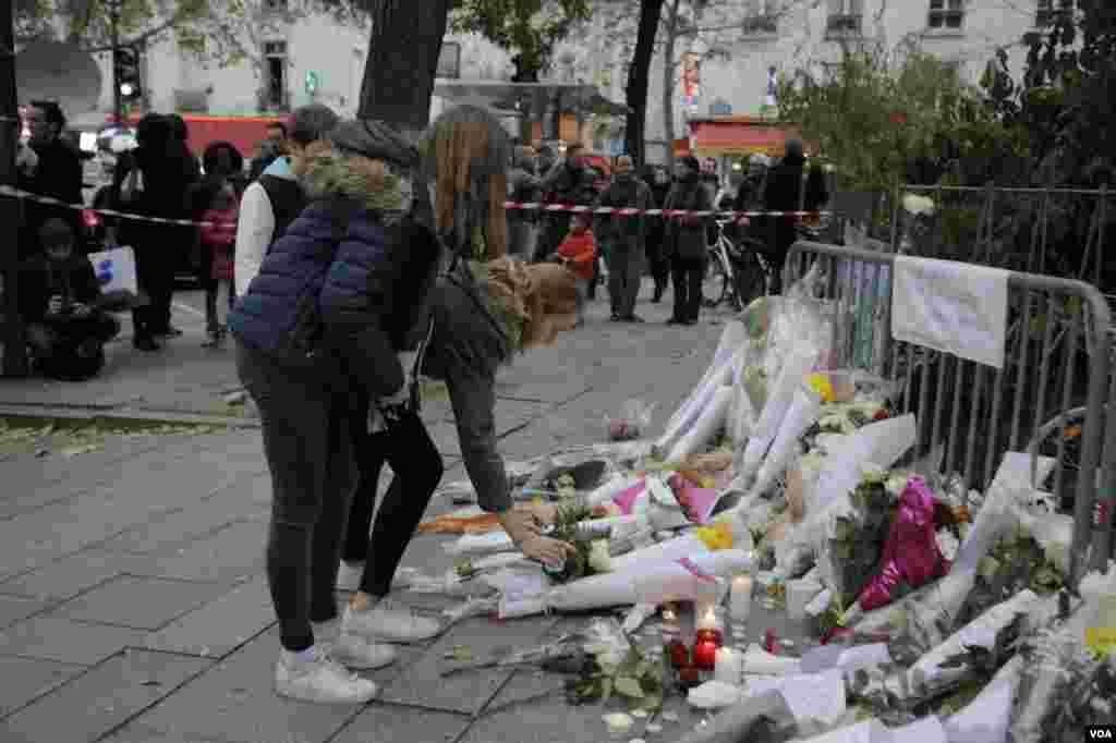 یادبود قربانیان در اطراف سالن کنسرت باتاکلان، محل گروگانگیری دیشب در پاریس. عکس: خبرنگار بخش فارسی صدای آمریکا در پاریس
