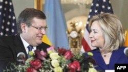 Держсекретар США Гілларі Клінтон і міністр закордонних справ України Костянтин Грищенко