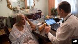 Un médico realiza una visita médica parte del programa Medicaid, en Washington, DC