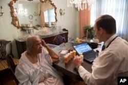 미국 워싱턴의 한 병원 의사가 메디케어 수혜자인 고령 환자를 방문 진료하고 있다. (자료사진)