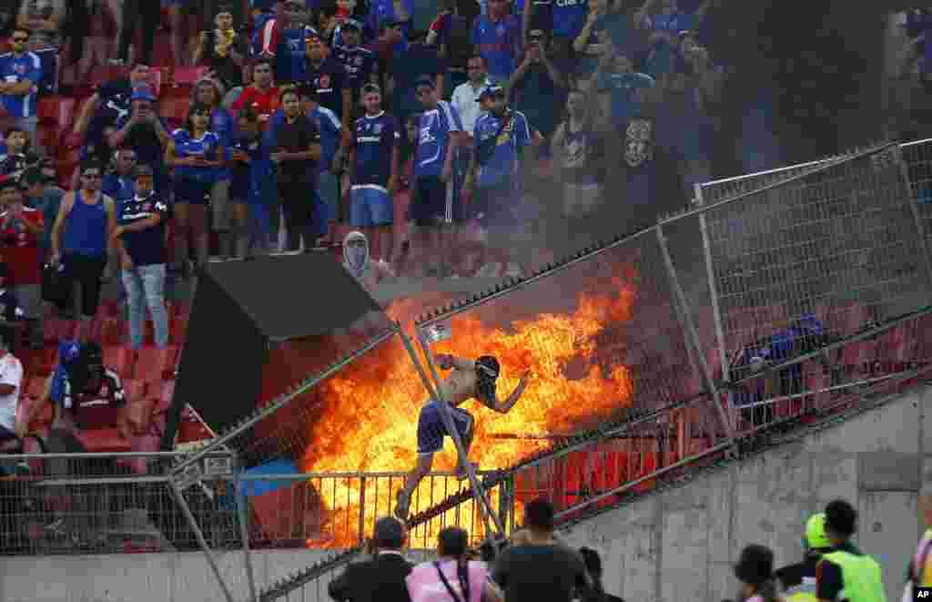 បាតុករប្រឆាំងនឹងរដ្ឋាភិបាលមួយក្រុមតូច ដុតផ្នែកមួយនៃកីឡដ្ឋានអំឡុងការប្រកួតបាល់ទាត់ Copa Libertadores រវាងក្រុម Universidad de នៃប្រទេសឈីលីនិងក្រុមរបស់ប្រទេសប្រេស៊ីល SC Internacional ក្នុងទីក្រុង Santiago ប្រទេសឈីលីកាលពីថ្ងៃទី០៤ ខែកុម្ភៈ ឆ្នាំ២០២០។
