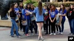 ຜູ້ນຳທ່ຽວນັກສຶກສາຄົນນຶ່ງ ພວມພານັກຮຽນມັດທະຍົມປີສຸດທ້າຍ ໄປຊົມມະຫາວິທະຍາໄລ ລັດຄາລີຟໍເນຍ ທີ່ນະຄອນລັອສແອນເຈີລິສ ຫຼື UCLA.
