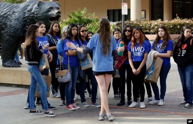 Sinh viên tương lai được hướng dẫn đi tour tại trường đại học Californis ở Los Angeles.