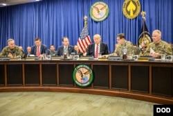 美国总统川普2017年2月6日会见军方指挥官 (美国国防部照片)