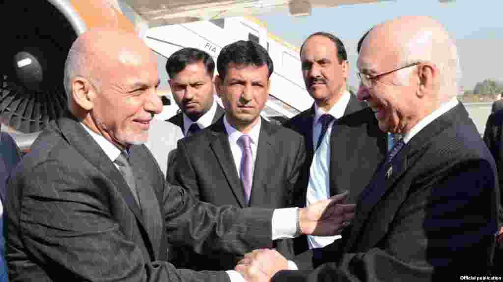 وزیراعظم کے مشیر برائے اُمور خارجہ و قومی سلامتی سرتاج عزیز نے ہوائی اڈے پر افغان صدر کا استقبال کیا۔