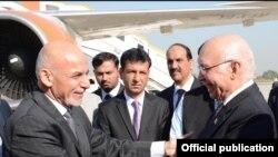 ښاغلی سرتاج عزیز جمهور رئیس غني سره په اسلام آباد کې د روغبړ په حال کې