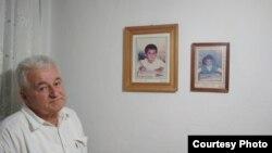 Šaćir Gostevčić pored slike sina. Izvor: BIRN BiH