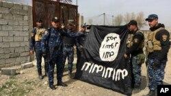 Іракська федеральна поліція із здобичним прапором ІДІЛ