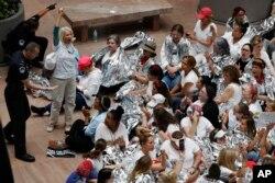 Una manifestante es arrestada durante una protesta de mujeres frente al Capitolio en Washington DC, contra la detención de familias migrantes en la frontera con México. Junio 28 de 2018.