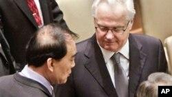 7일 열린 유엔 안전보장이사회 전체회의에서, 의장국인 러시아의 비탈리 추르킨 유엔주재 대사(가운데)가 리바오동(왼쪽) 중국대사와 대화하고 있다. 안보리는 북한의 3차 핵실험을 규탄하고 추가 제재를 가하는 새 결의를 만장일치로 채택했다.