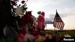 Un mémorial improvisé à la mémoire des victimes tuées vendredi dans une fusillade à Santa Fe High School, au Texas, le 20 mai 2018.