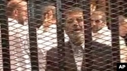 Svrgnuti egipatski predsednik Mohamed Morsi u sudnici u Kairu