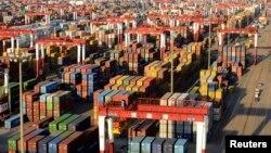 2013年12月10日堆放在山东省青岛港口的海运集装箱。星期二中国领导人闭门讨论2014年经济和改革计划。数据显示中国经济的年中回升持续到了最后一个季度。