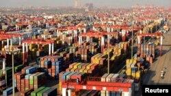 12월 10일 중국의 내년도 경제 계획을 세우는 중앙경제공작회의가 개최됐다.같은 날 중국 칭다오의 한 항구에는 운송용 컨테이너 박스가 가득 쌓여있다.(자료사진)