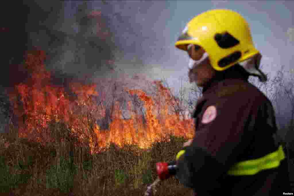 آگ بجھانے والا عملہ بھی گاہے بگاہے رہائشی علاقوں کا دورہ کرتا رہتا ہے۔
