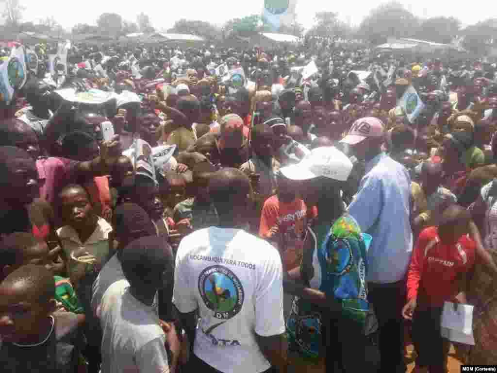 Daviz Simango emEntre-Lagos, província do Niassa