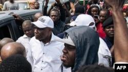 Martin Fayulu elongo na Adolphe Muzito (az'o monana te) kati na balandi ba bango na botamboli na Kinshasa, 30 juin 2019.
