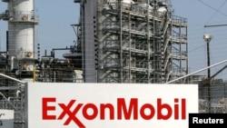 Sebuah kilang minyak milik ExxonMobil di Baytown, Texas (Foto: dok). ExxonMobil didenda $236 Juta atas pencemaran air tanah dengan MTBE.